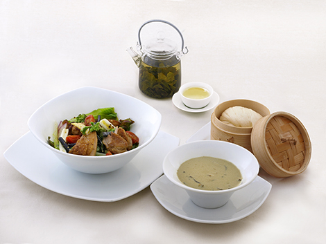 山菜とチキンのサラダボウル 凍頂烏龍茶と胡麻のスープ、擂茶(ライチャ)仕立てのイメージ