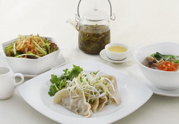 水餃子と春雨スープ、中華クラゲのサラダ